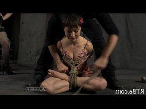 zhestkiy-gruppovoy-seks-s-pissingom